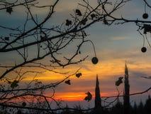Opwindende de herfstzonsondergang in sinaasappel en blauw stock foto's