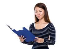 Opwn asiatico della donna con la lavagna per appunti Fotografie Stock