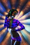 Opzichtig zwaar gemaakt meisje die in nachtclub dansen Stock Foto