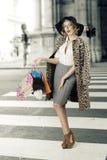 Opzichtige vrouw in het winkelen tijd royalty-vrije stock afbeelding