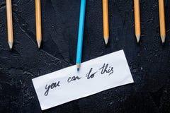 Opzioni di selezione di concetto con le matite sulla vista superiore del fondo scuro fotografie stock