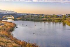 Oquirrh与湖边足迹和桥梁的湖视图 图库摄影