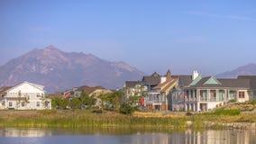 Oquirrhmeer met huizen tegen berg en hemel stock afbeelding