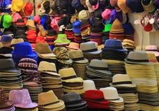 Oräknebara färgrika hattar och många av hattbuntar i hatten shoppar royaltyfri foto