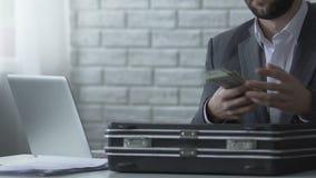 Orättvis revisor som stjäler pengar från portföljen, förskingring av företagsbudgeten arkivfilmer