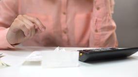 Orçamento de família planejando fêmea, contando a soma para pagar utilidades, close up das mãos video estoque