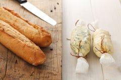 Orégano del coriandro del romero del tomillo del baguette de la hierba de la mantequilla del compuesto del pan de ajo fresco Imagen de archivo libre de regalías