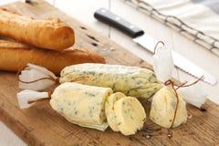 Oréganos do coentro dos alecrins do tomilho do baguette da erva da manteiga do composto do pão de alho imagens de stock royalty free