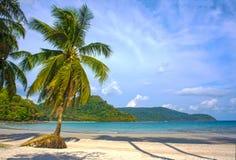 Orörd tropisk strand i Thailand Arkivfoto