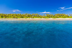 Orörd tropisk strand, Maldiverna strand arkivfoto