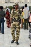 Orężny ochrona oficer. Taj Mahal, India. zdjęcie stock