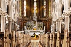 Oração ao deus na frente do altar bonito Fotos de Stock