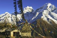 A oração da construção da pedra do alojamento do abominável homem das neves de Nepal embandeira o acampamento base de Everest das fotografia de stock royalty free