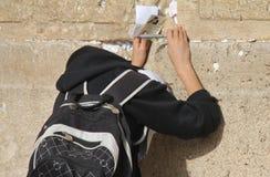 Oração da criança na parede lamentando Fotografia de Stock