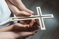 Oração da família com cruz de madeira fotos de stock