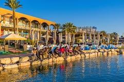 A oração da manhã na praia Fotografia de Stock Royalty Free