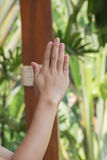 A oração da mulher reza em um marrom de madeira da tabela fora Mãos, esperança longing fotos de stock