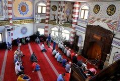 Oração da oferta dos muçulmanos durante a ramadã em Kosovo fotografia de stock royalty free
