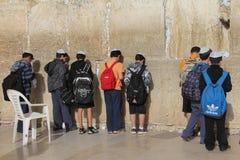 Oração das crianças na parede lamentando Fotos de Stock Royalty Free