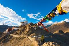 A oração de Gompa do forte de Leh Tsemo embandeira montanhas Ladakh Imagem de Stock