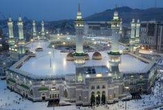Oração e Tawaf dos muçulmanos em torno de AlKaaba na Meca, saudita Arabi fotografia de stock