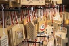 Oração japonesa no templo de Kinkakuji Imagens de Stock