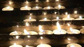 Oração que ilumina velas sacrificiais Velas memoráveis de queimadura na igreja Católica Massa da meia-noite do Natal comemoração filme