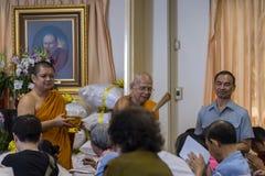 A oração recebe a água santamente do abade Imagem de Stock Royalty Free
