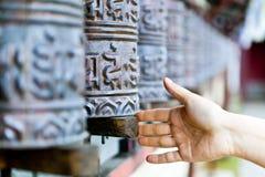 A oração roda dentro o monastério, Nepal Fotos de Stock Royalty Free
