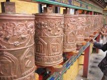 A oração roda dentro o palácio de Potala fotografia de stock