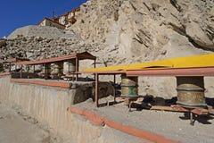 A oração roda dentro o palácio de Shey, Leh, Ladakh fotografia de stock