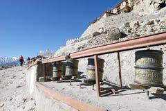 A oração roda dentro o palácio de Shey, Leh, Ladakh fotografia de stock royalty free