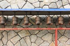 A oração roda dentro o templo do buddhism no campo de Nepal foto de stock royalty free