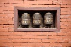A oração roda dentro o templo dourado bonito em patan, nepal imagem de stock royalty free