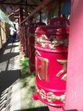 A oração roda dentro um centro budista Imagens de Stock Royalty Free