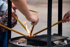 Orações que iluminam varas do incenso Fotografia de Stock Royalty Free