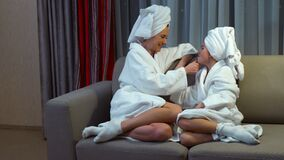 Ora di andare a letto del bagno di comunicazione della madre di svago della famiglia stock footage