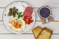 Ora di colazione sulla tavola di legno bianca fotografia stock libera da diritti