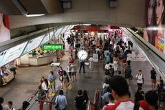 Ora di punta nella stazione ferroviaria elettrica di Bangkok Fotografie Stock Libere da Diritti