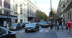 Ora di punta sul boulevard Haussmann Parigi Francia video d archivio