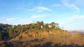 Ora dorata all'azionamento di Mulholland, Los Angeles, California Bello colpo del fuco che trascura le montagne archivi video