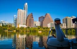 Ora dorata di Austin Texas Downtown Skyline Reflection Sunset con il cigno che galleggia sul lago town immagini stock