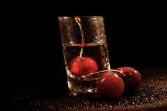 Ora felice con vodka e le ciliege Fotografia Stock Libera da Diritti