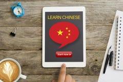 Ora inizi ad imparare il cinese con la lezione online facendo uso del computer della compressa immagini stock