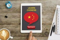 Ora inizi ad imparare il cinese con la lezione online facendo uso del computer della compressa immagine stock libera da diritti
