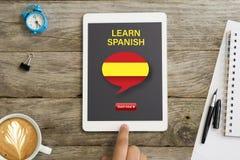 Ora inizi online webinar ad imparare lo Spagnolo sul computer della compressa fotografia stock libera da diritti