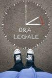 Ora Legale,在沥青的意大利夏时制与两sho 免版税图库摄影