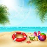 ora legale del ` s Vista di roba sul beach ball, sul salvagente, sulla pantofola e sulle stelle marine un giorno di estate solegg Fotografie Stock Libere da Diritti