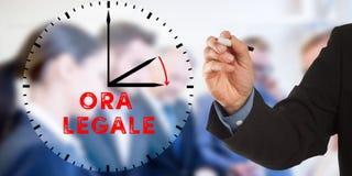 Ora Legale, horário de verão italiano, ato judiciário da mão do homem de negócio Fotografia de Stock