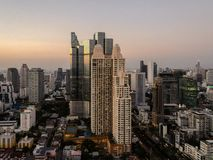 Ora pranzante crepuscolare al terrazzo di un grattacielo scoperto a Bangkok, la Tailandia fotografie stock libere da diritti